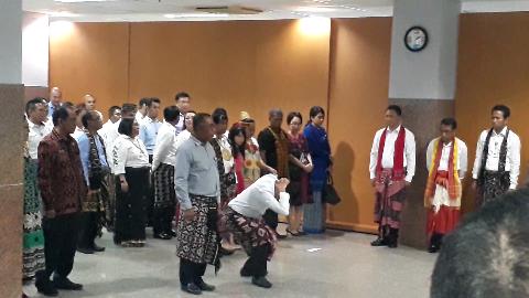 Salah Tanda Tangan Kontrak Kinerja, Dua Pejabat Bank NTT Dihukum 'Squat Jump'
