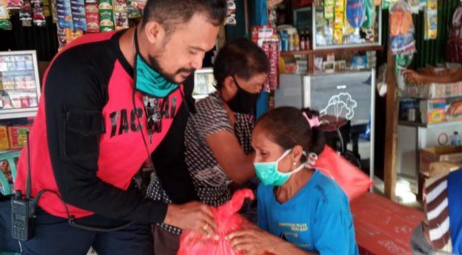 Aksi Kecil Bripka Robert Larimanu bagi Pedagang Asong & Buruh Tenau Kupang