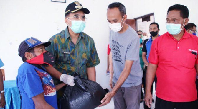 Wali Kota Jefri Serahkan Bantuan Beras kepada Warga di 14 Kelurahan