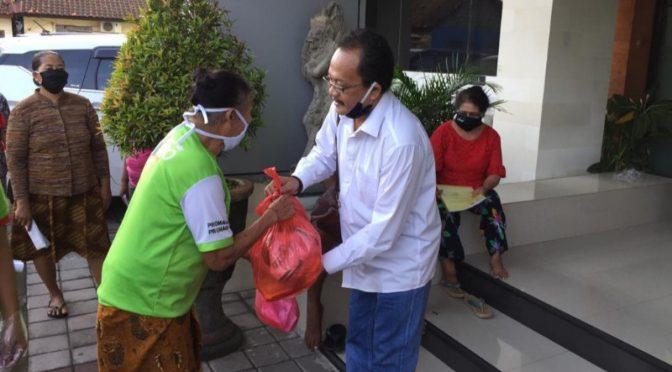 'Gerakan Tengok Tetangga' Aksi Perdiknas Denpasar Bantu Warga Saat Covid-19