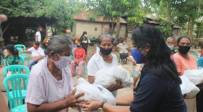 Warga Kampung Sabu di Oebobo Terima Bantuan dari Anita Jacoba Gah