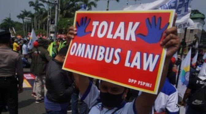 Siapa Bermain Api di Omnibus Law?